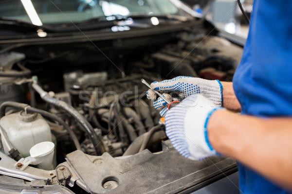 Mechanik człowiek klucz samochodu warsztaty Zdjęcia stock © dolgachov