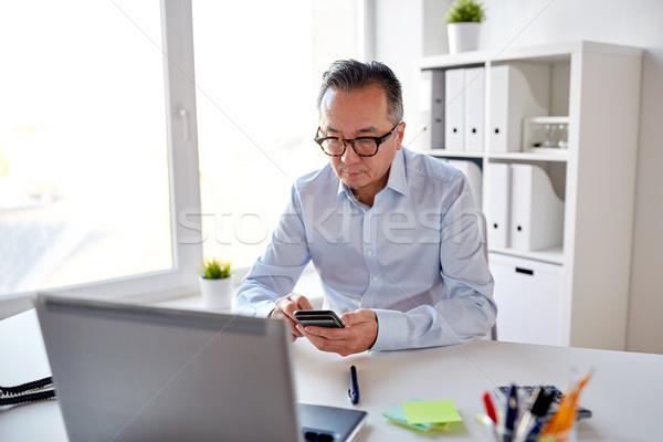 üzletember laptop sms chat okostelefon üzletemberek kommunikáció Stock fotó © dolgachov
