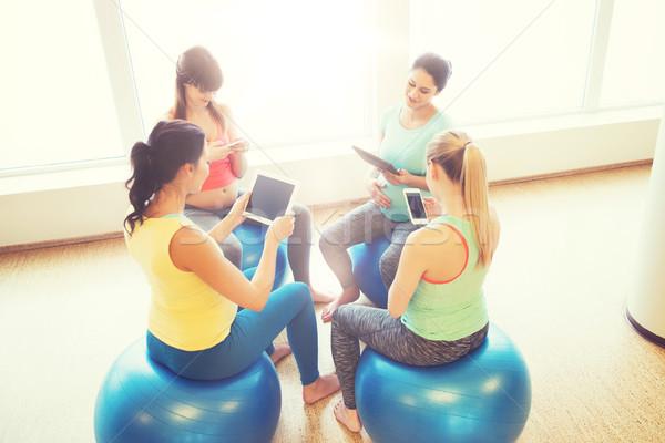 Stockfoto: Gelukkig · zwangere · vrouwen · gadgets · gymnasium · zwangerschap