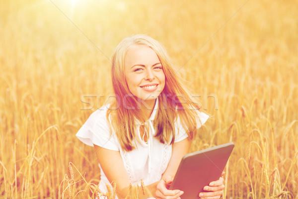 Heureux jeune femme céréales domaine été Photo stock © dolgachov