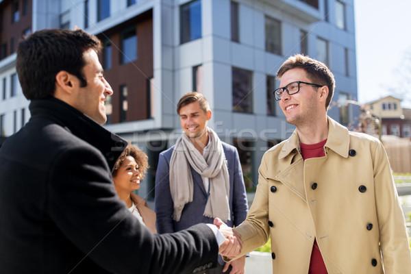 Gens heureux serrer la main rue de la ville affaires éducation geste Photo stock © dolgachov