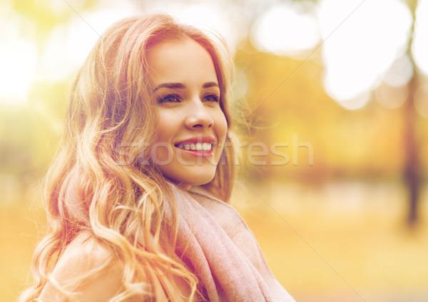 Mooie gelukkig jonge vrouw glimlachend najaar park Stockfoto © dolgachov