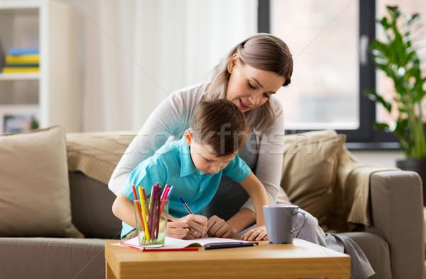 Madre figlio cartella di lavoro home famiglia istruzione Foto d'archivio © dolgachov
