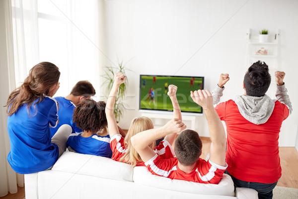 Stok fotoğraf: Arkadaşlar · futbol · fanlar · izlerken · oyun · tv