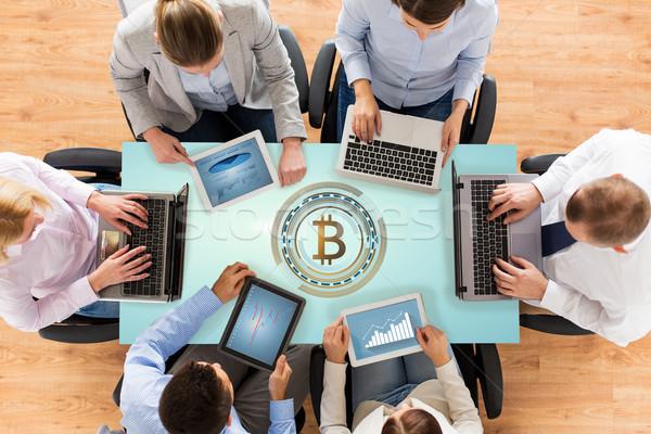 Equipe de negócios informática bitcoin holograma tecnologia financiar Foto stock © dolgachov