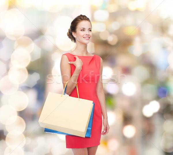 Mosolyog elegáns nő ruha bevásárlótáskák vásárlás Stock fotó © dolgachov