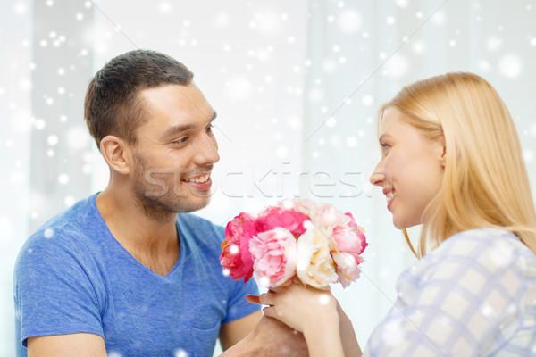 Stok fotoğraf: Gülen · adam · kız · arkadaş · çiçekler · ev · sevmek