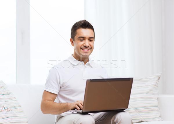 Gelukkig man werken laptop computer home technologie Stockfoto © dolgachov