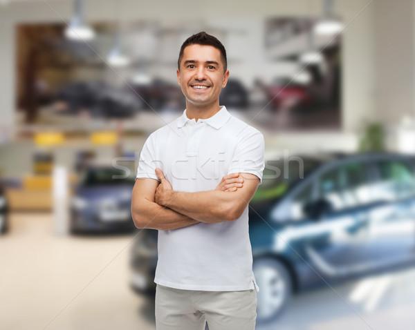 Glimlachend man witte tshirt auto salon Stockfoto © dolgachov