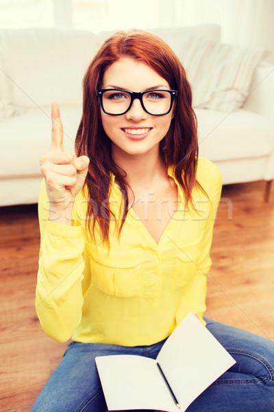 Souriant adolescente maison éducation geste Photo stock © dolgachov