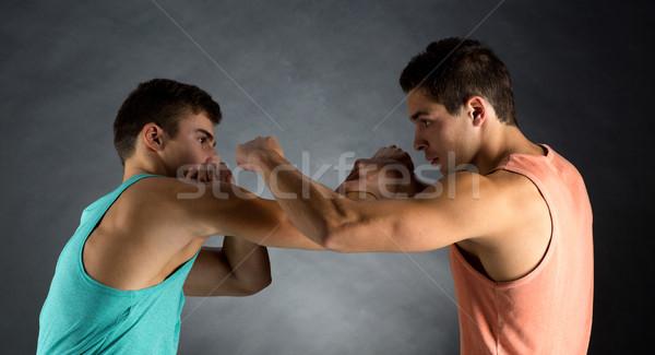 Jonge mannen worstelen sport concurrentie sterkte mensen Stockfoto © dolgachov