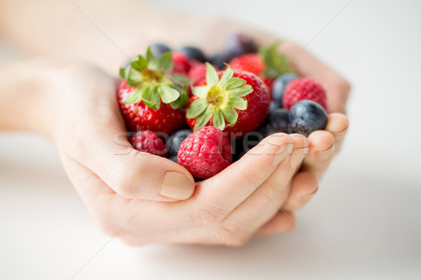 Mujer manos bayas alimentación saludable Foto stock © dolgachov