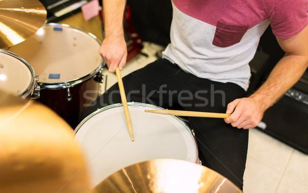 Mannelijke muzikant spelen trommel uitrusting Stockfoto © dolgachov