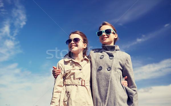 Boldog kislányok napszemüveg ölel kint emberek Stock fotó © dolgachov
