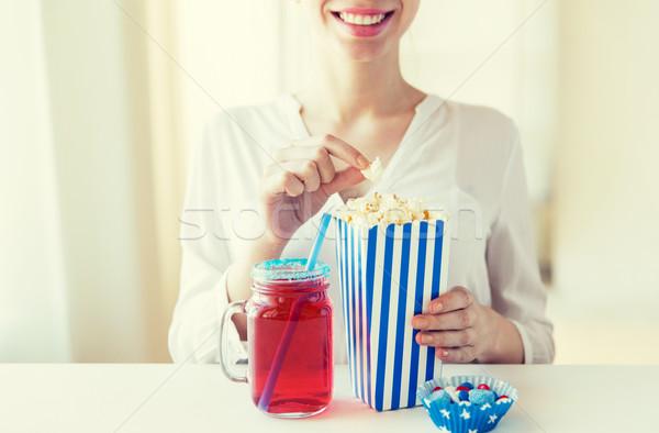 женщину еды попкорн пить стекла каменщик Сток-фото © dolgachov