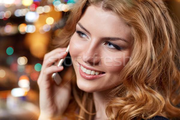 Jonge vrouw smartphone nachtclub bar mensen nachtleven Stockfoto © dolgachov