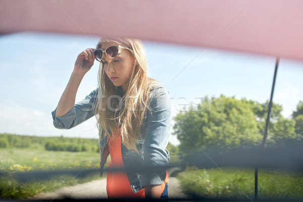 Vrouw Open kapotte auto platteland weg reis Stockfoto © dolgachov