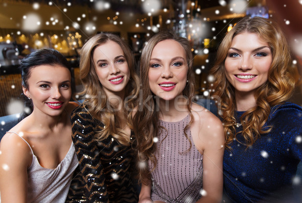 Gelukkig glimlachend vrouwen nachtclub vrienden Stockfoto © dolgachov