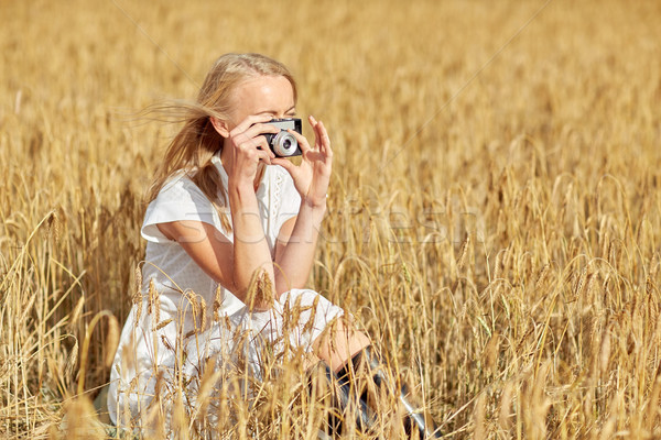 Kobieta zdjęcie kamery zbóż dziedzinie Zdjęcia stock © dolgachov