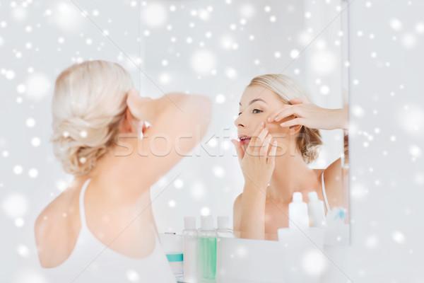 Donna brufolo bagno specchio bellezza igiene Foto d'archivio © dolgachov