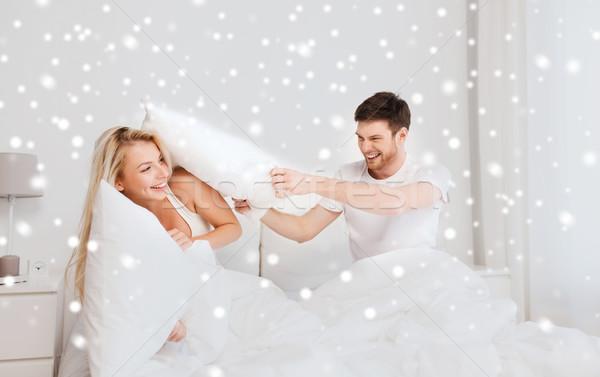 Photo stock: Heureux · couple · bataille · d'oreillers · lit · maison · personnes