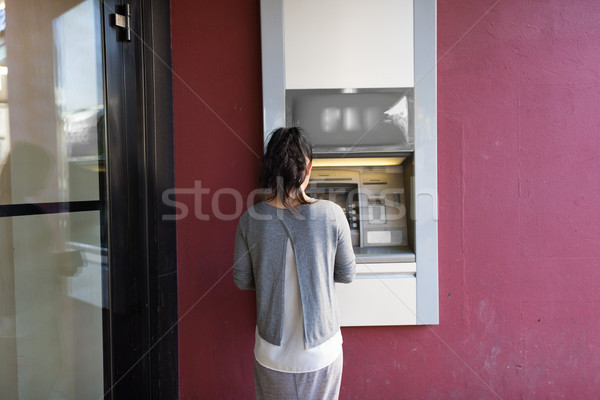 Femme atm machine extérieur Finance Photo stock © dolgachov