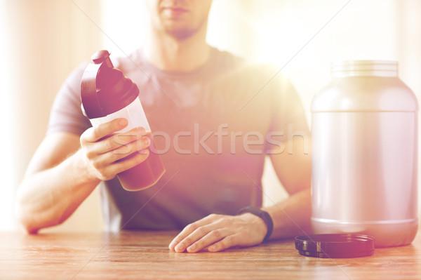 Közelkép férfi fehérje shake üveg bögre Stock fotó © dolgachov