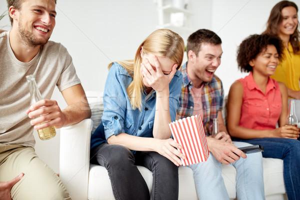 Gelukkig vrienden popcorn bier home vriendschap Stockfoto © dolgachov