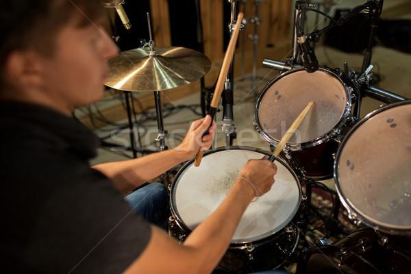 Mannelijke muzikant spelen drums concert muziek Stockfoto © dolgachov