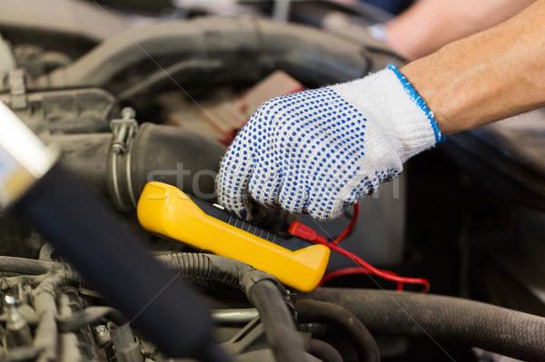 Mecánico de automóviles hombre pruebas batería coche servicio Foto stock © dolgachov