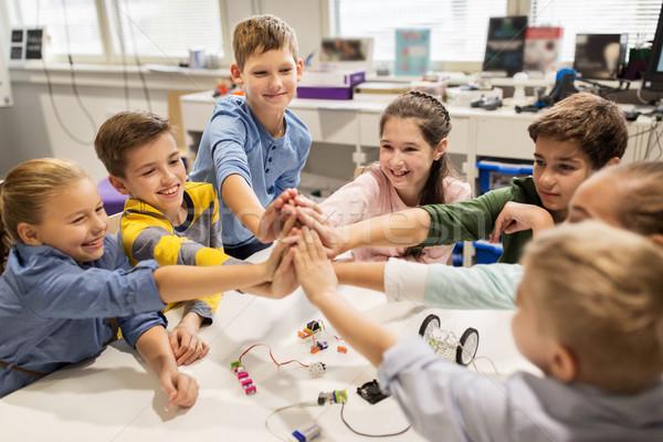 Heureux enfants high five robotique école Photo stock © dolgachov