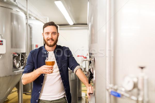 Człowiek pitnej testowanie piwa browar alkoholu Zdjęcia stock © dolgachov