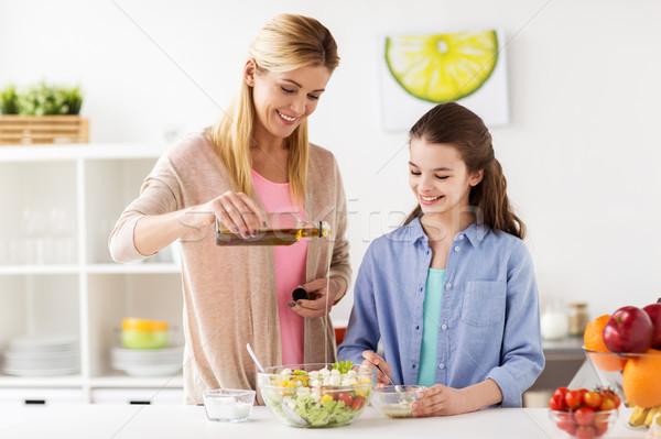 Stok fotoğraf: Mutlu · aile · pişirme · salata · ev · mutfak · gıda
