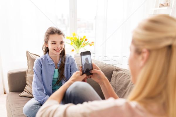 Boldog család elvesz fotó okostelefon otthon család Stock fotó © dolgachov