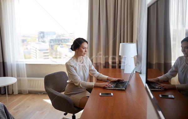 Zakenvrouw typen laptop hotelkamer zakenreis mensen Stockfoto © dolgachov