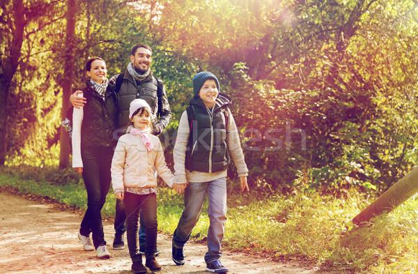 Szczęśliwą rodzinę turystyka lesie podróży turystyki wycieczka Zdjęcia stock © dolgachov