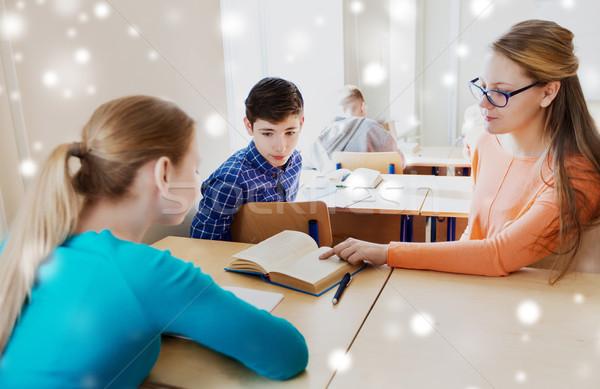 Groupe élèves livre école leçon éducation Photo stock © dolgachov