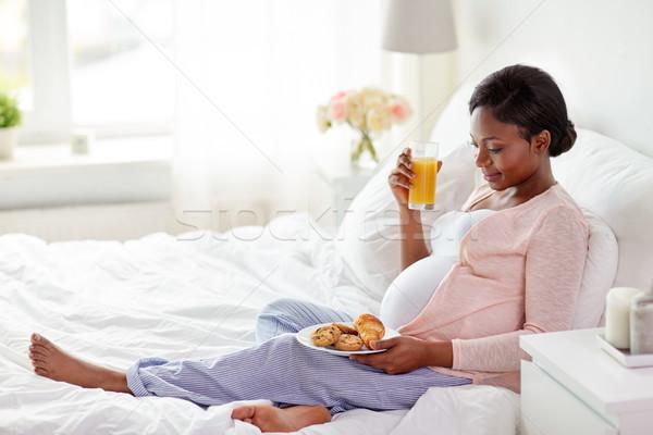 Stock fotó: Terhes · nő · narancslé · sütemény · ágy · terhesség · emberek