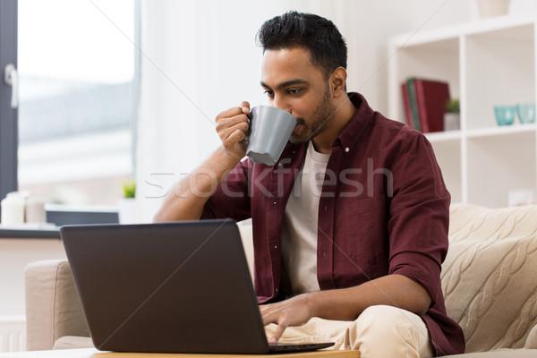 ストックフォト: 笑みを浮かべて · 男 · ノートパソコン · 飲料 · コーヒー · ホーム