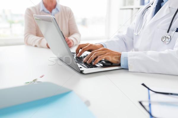 シニア 女性 医師 ノートパソコン 病院 薬 ストックフォト © dolgachov