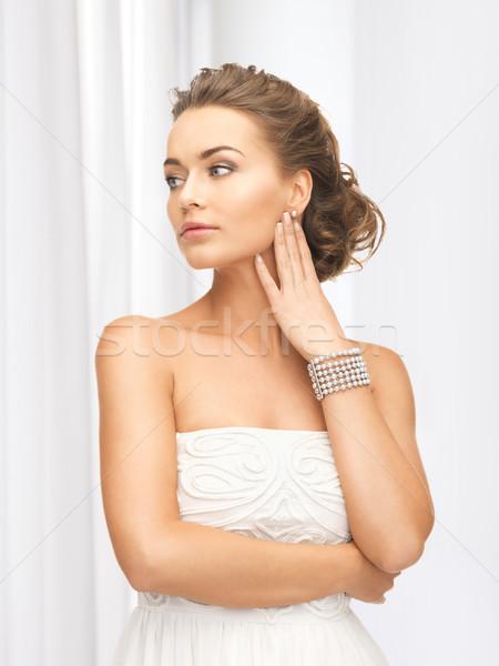 Mujer perla pendientes pulsera mujer hermosa Foto stock © dolgachov