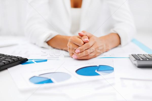 Donna mani classifiche giornali business ufficio Foto d'archivio © dolgachov