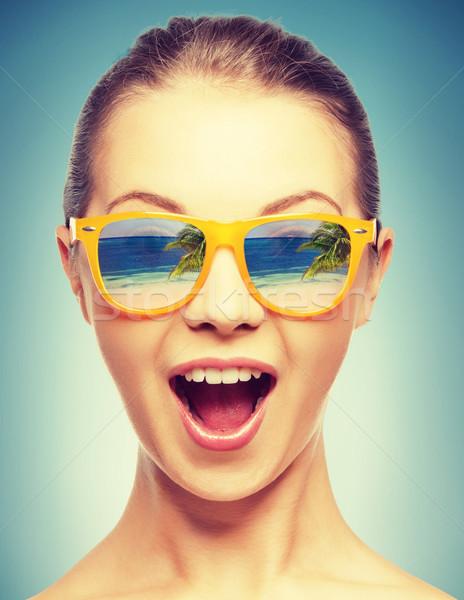 Verwonderd meisje strand reflectie gelukkig achtergrond Stockfoto © dolgachov