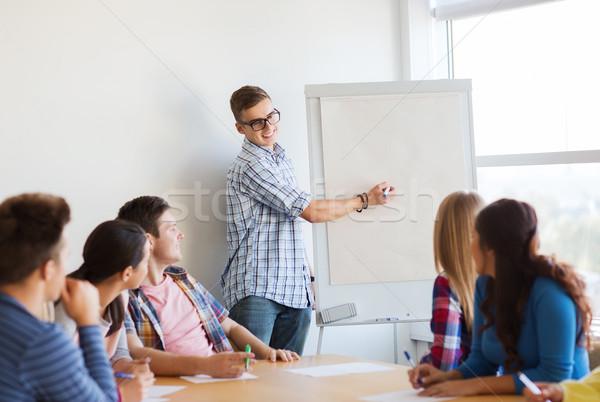 Csoport mosolyog diákok fehér tábla oktatás csapatmunka Stock fotó © dolgachov