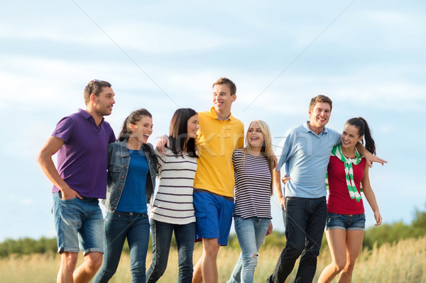 Grupo feliz amigos caminando playa verano Foto stock © dolgachov