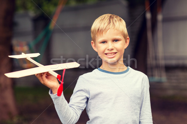Foto stock: Sorridente · pequeno · menino · avião