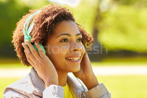 Afrikai nő fejhallgató zenét hallgat emberek nyár Stock fotó © dolgachov 2df13c0015