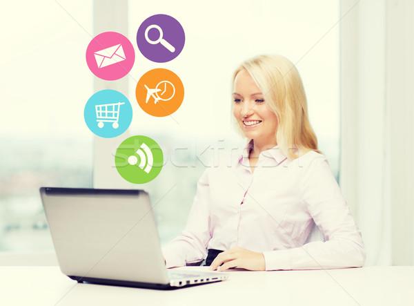 Glimlachend zakenvrouw student laptop zakenlieden technologie Stockfoto © dolgachov
