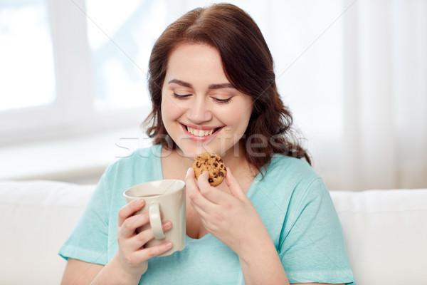 Szczęśliwy plus size kobieta kubek cookie domu Zdjęcia stock © dolgachov