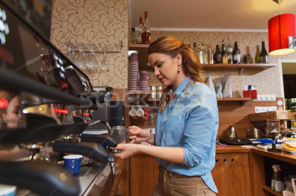 Barista nő készít kávé gép kávézó Stock fotó © dolgachov